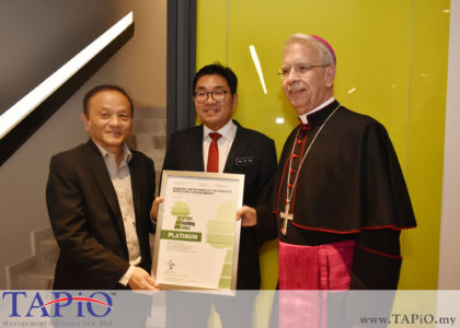 from left to the right: Chairman of Green Building Index (GBI) Accreditation Panel Ir. Chen Thiam Leong, Deputy Minister of Agriculture and Agro-based Industry YB Sim Tze Tzin, Ambassador of Holy See to Malaysia H.E. Joseph Marino