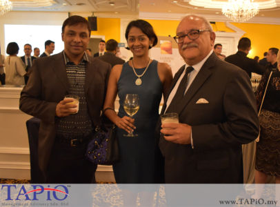from left to the right: Vice President News - Astro Mr. Vincent De Paul, Assistant Manager Events - Labuan IBFC Ms. Nadeeka Sarah, Managing Director Standard Chartered Bank Mr. Osman Morad