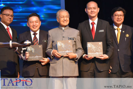 from left to the right: Secretary General MITI Datuk Isham Ishak, Minister of International Trade and Industry (Incumbent) Ignatius Darell Leiking, Prime Minister of Malaysia Tun Dr Mahathir bin Mohamad, Deputy Minister of International Trade and Industry Dr. Ong Kian Ming, President of Federation of Malaysian Manufacturers (FMM) Datuk Soh Thian Lai