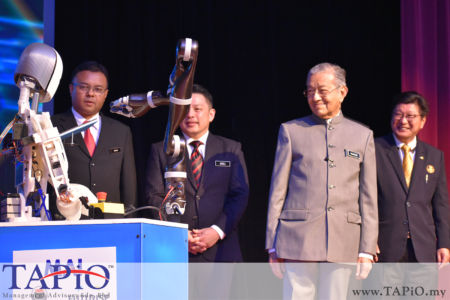 from left to the right: Secretary General MITI Datuk Isham Ishak, Minister of International Trade and Industry (Incumbent) Ignatius Darell Leiking, Prime Minister of Malaysia Tun Dr Mahathir bin Mohamad, President of Federation of Malaysian Manufacturers (FMM) Datuk Soh Thian Lai