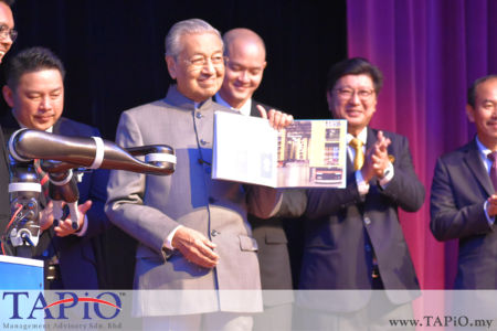from left to the right: Minister of International Trade and Industry (Incumbent) Ignatius Darell Leiking, Prime Minister of Malaysia Tun Dr Mahathir bin Mohamad, Deputy Minister of International Trade and Industry Dr. Ong Kian Ming, President of Federation of Malaysian Manufacturers (FMM) Datuk Soh Thian Lai, Chief Secretary to the Government (KSN) Datuk Seri Ismail Bakar